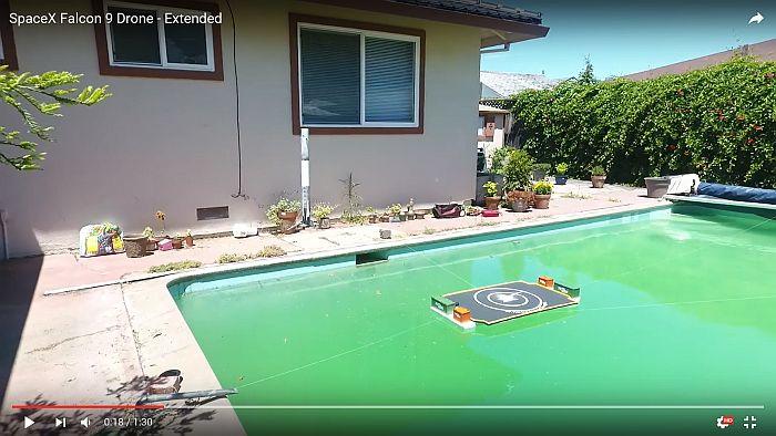 посадку ракеты-носителя Falcon 9 на платформу в воде в бассейне