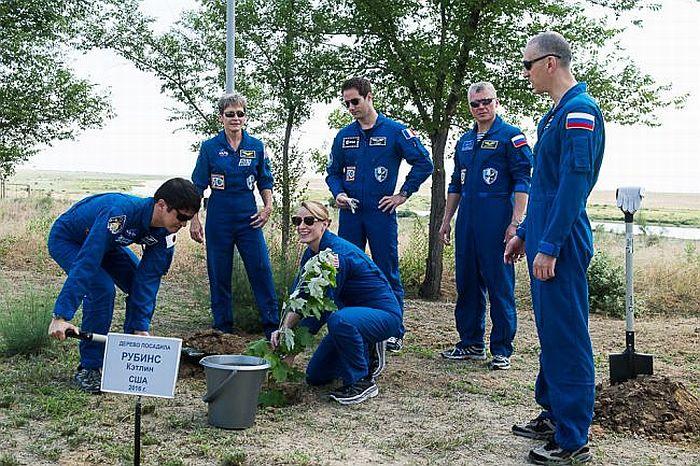Такуя Ониши и Кэтлин Рубинс посадили деревья на Аллее космонавтов