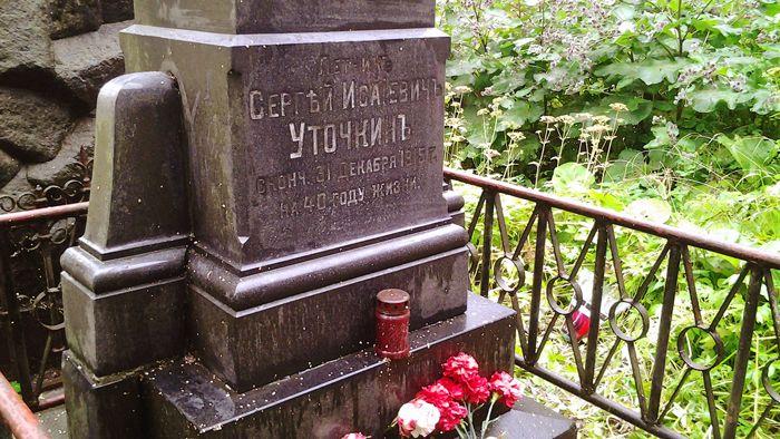фото памятника Уточкину в Лавре Санкт-Петербург