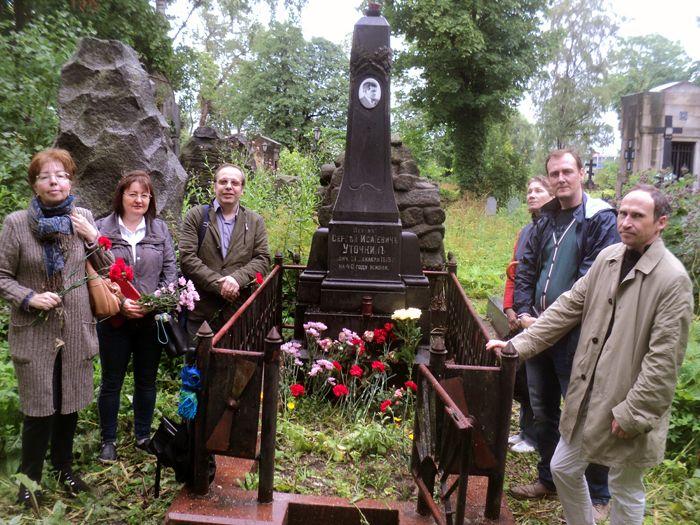 Фото членов секции и Комиссии на могиле Уточкина