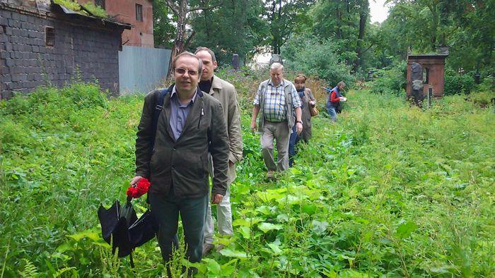 Фото пути к могилам авиаторов на Никольском кладбище Лавры