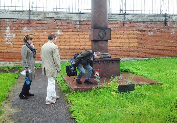 Цветы к надгробному памятнику Л.М. Мациевича