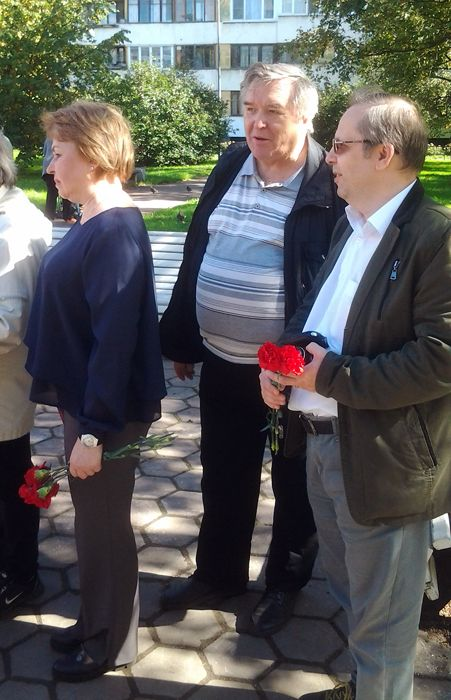 цветы к подножию первого авиационного памятника в России