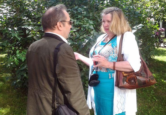 В. Лебедев (слева) беседует с членом Союза писателей С.-Петербурга Верой Александровной Ефимовой