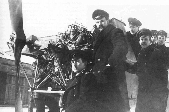 Практические занятия по курсу авиационных двигателей. 1-й слева - А.А. Бессонов, 2-й - Н.Н. Поликарпов.