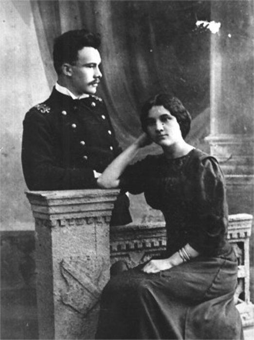 Студент Петербургского Политехнического института Николай Поликарпов с сестрой Лидией, 1913 г.