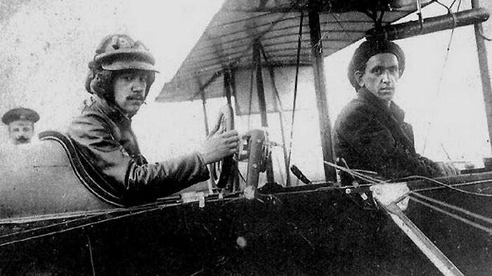 Игорь Сикорский (слева) и его пилот Северцев.