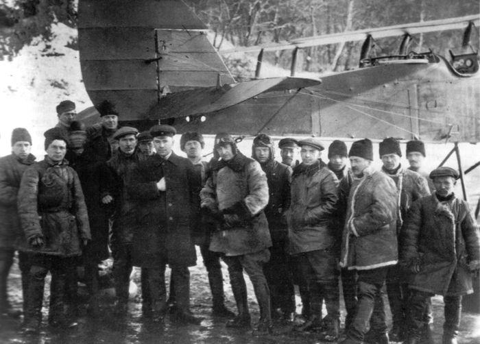 Конструкторы, рабочие и механики у первого МР-1. В центре - Н.Н. Поликарпов и лётчик В.Н. Филиппов, 19 октября 1924 г.