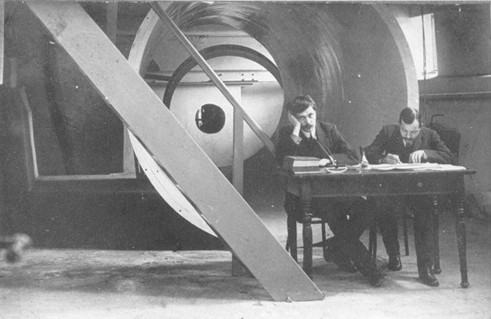 В.А. Слесарев (слева) в Аэродинамической лаборатории СПбПИ