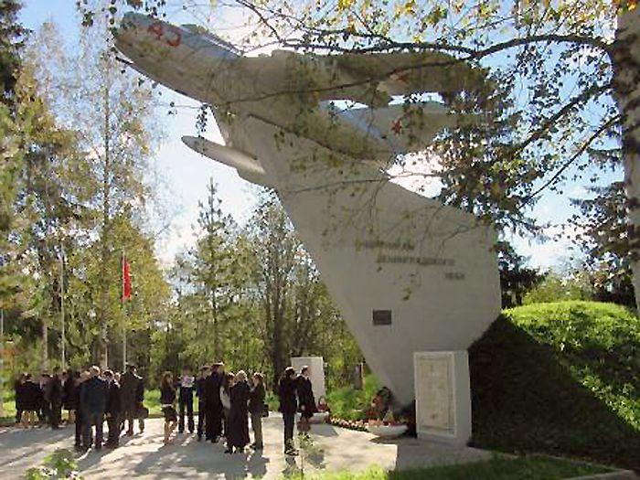 Перед торжественным митингом у памятника «Защитникам Ленинградского неба».