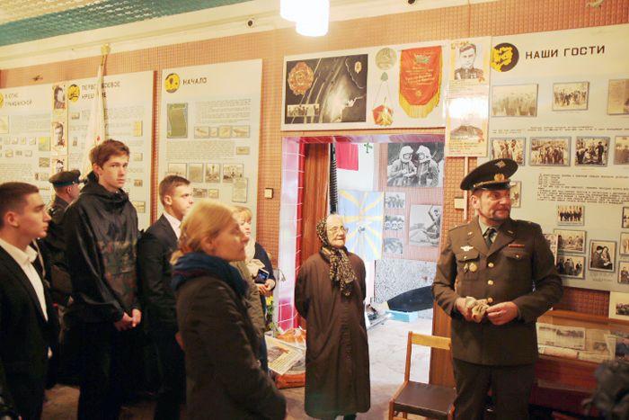Один из организаторов конференции, бывший Гл. хранитель фондов Музея Сиверского авиаполка Пётр Владимирович Бабенко (справа) провёл экскурсию