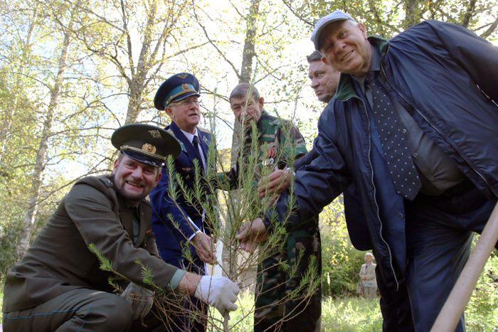На аллее космонавтов на территории полка посадили лиственницу