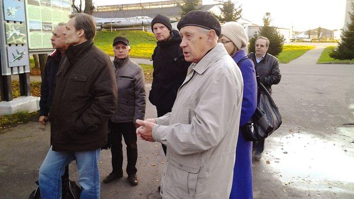 Здесь же мы познакомились и с живой историей завода - 86-летним Юрием Михайловичем Максютой, ветераном труда, бывшим директором нескольких авиаремонтных заводов, в т.ч. рембазы в/ч 13806, на базе теперь базируется в Пушкине 20 АРЗ. Фото А.А. Лукьянова