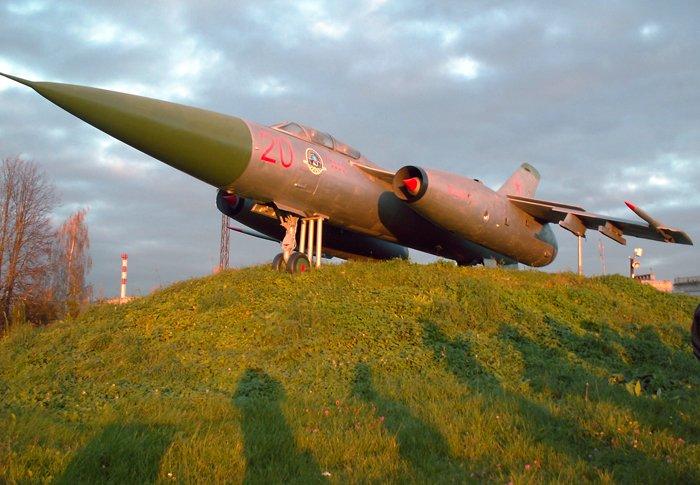 В лучах заходящего солнца, легендарный Як-25 выглядел ещё прекраснее. Фото В.В. Лебедева