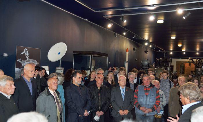 """Юбилейные торжества и уникальность представленной в бывшем Музее ГДЛ экспозиции собрали в этот день большое количество людей, для которых выставка """"Первая колея на Луне"""" стала окном в прошлое, которое нельзя забывать. Фото А. Беловой"""
