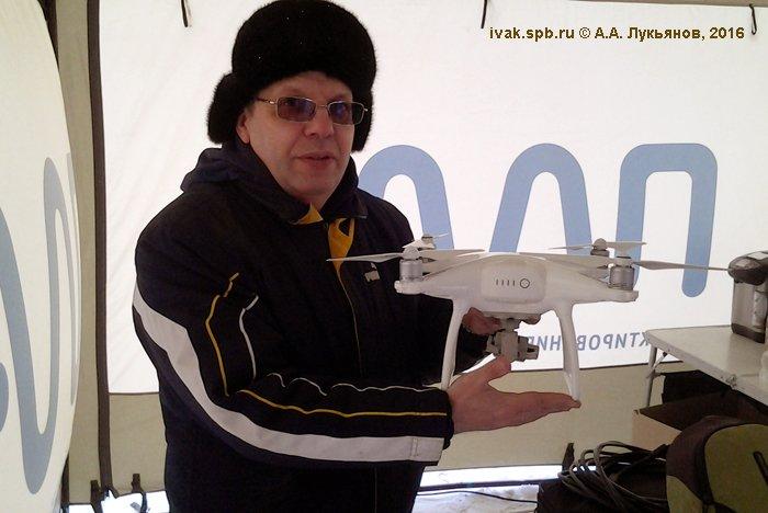 В.В. Лебедев с мультироторным участником соревнований марки DJI модели Phantom 3. Фото А. Лукьянова.