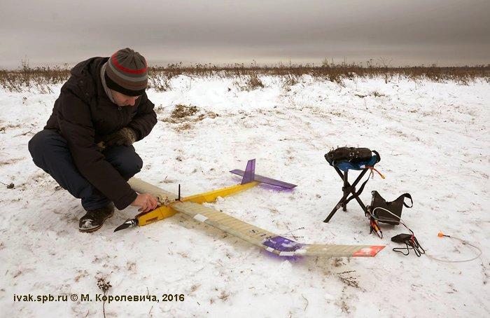 Кохтырев Александр у своего БЛА перед зачётным полётом. Фото М. Королевича.