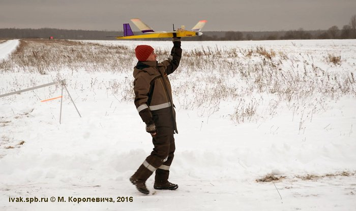 Драненков А.Н. отправляет в полёт очередного участника. Фото М. Королевича.