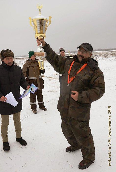 Кубок победы в руках А. Белявского (FPV-shop). Фото М. Королевича.
