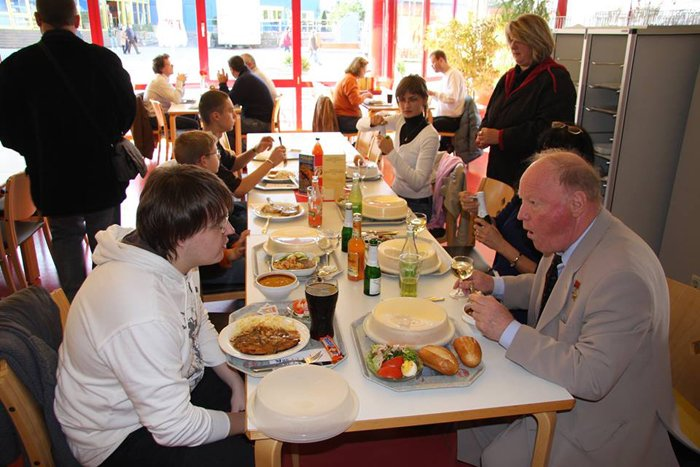 Дмитрий Лукашевич (слева) во время завтрака с Игорем Волком