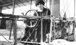 Женщина-летчик Шаховская за штурвалом самолёта