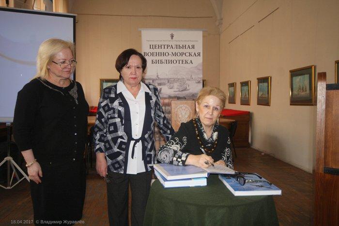 Г.Э. Вабищевич подписывает книгу «В небе Ораниенбаума»