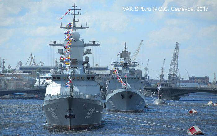 Корабли ВМФ РФ в парадном строю на рейде Невы