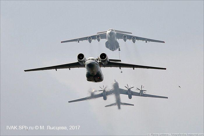 фотография Ил-78, Ан-72 и Ту-142 в воздушном строю над Невой