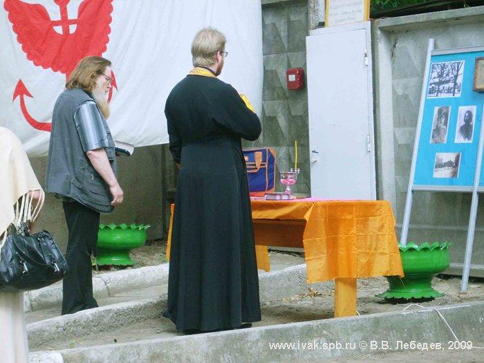 Место установки будущего поклонного креста не может быть просто назначено, оно должно быть намолено, 2009 г. Фото В.В. Лебедева.