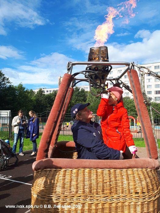 В.Ф. Васёв демонстрирует работу газовой горелки