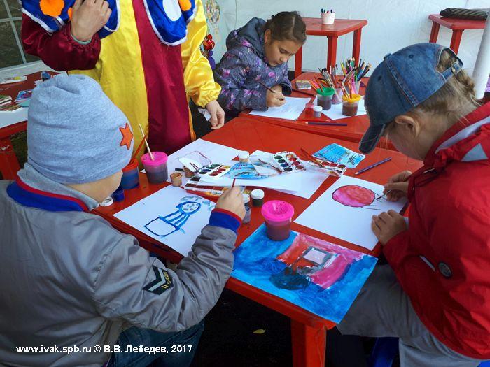 Юные художники творят на празднике