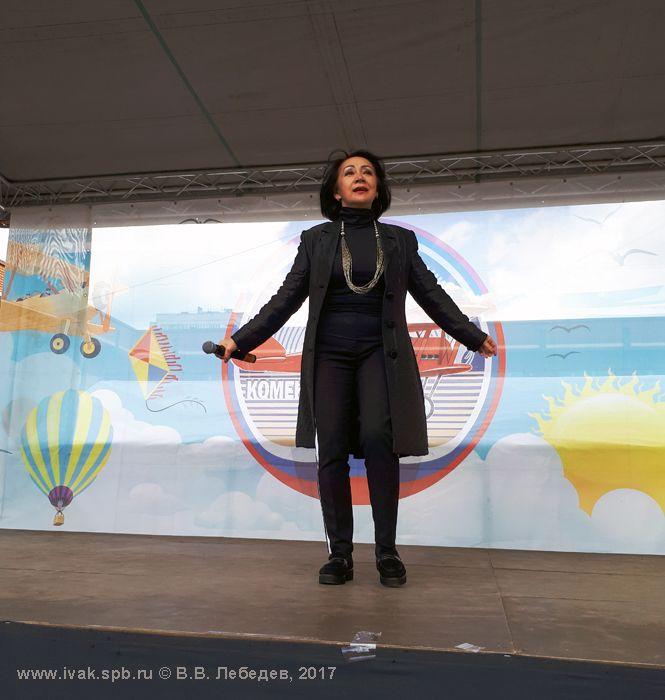 Марина Цхай выступает на комендантском аэродроме