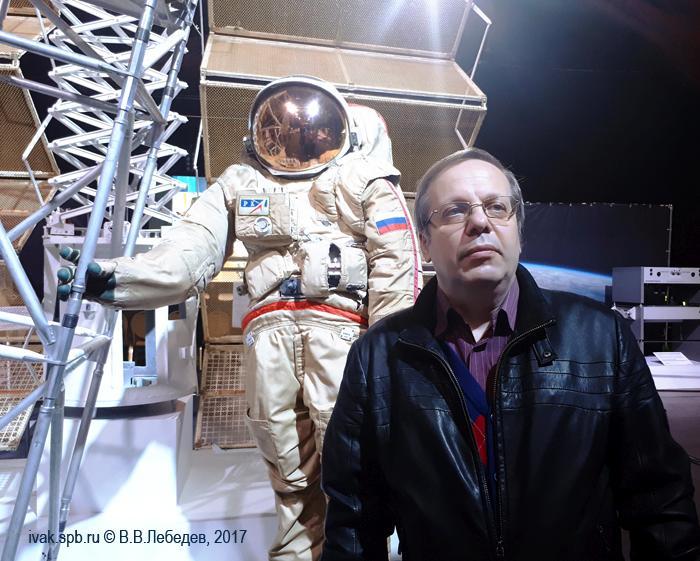 фото рядом с этим символом современной российской космонавтики