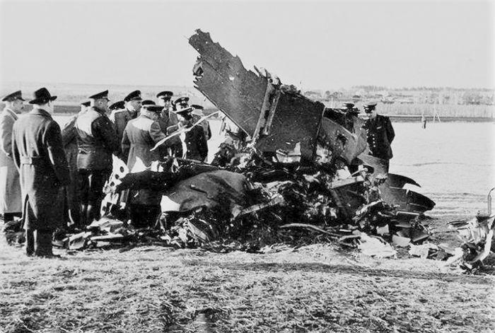 Осмотр обломков американского самолёта-разведчика U-2 советскими военными и экспертами