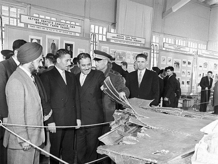 Военные атташе посольств иностранных государств на выставке остатков американского самолёта-шпиона U-2