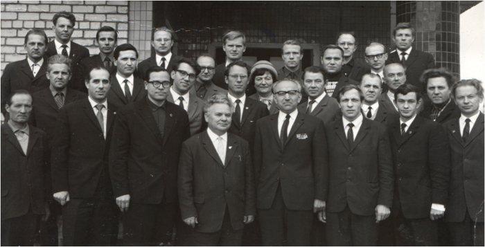А.Л. Кемурджиан с группой ведущих специалистов космического отделения
